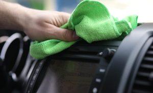 una persona limpiado su coche